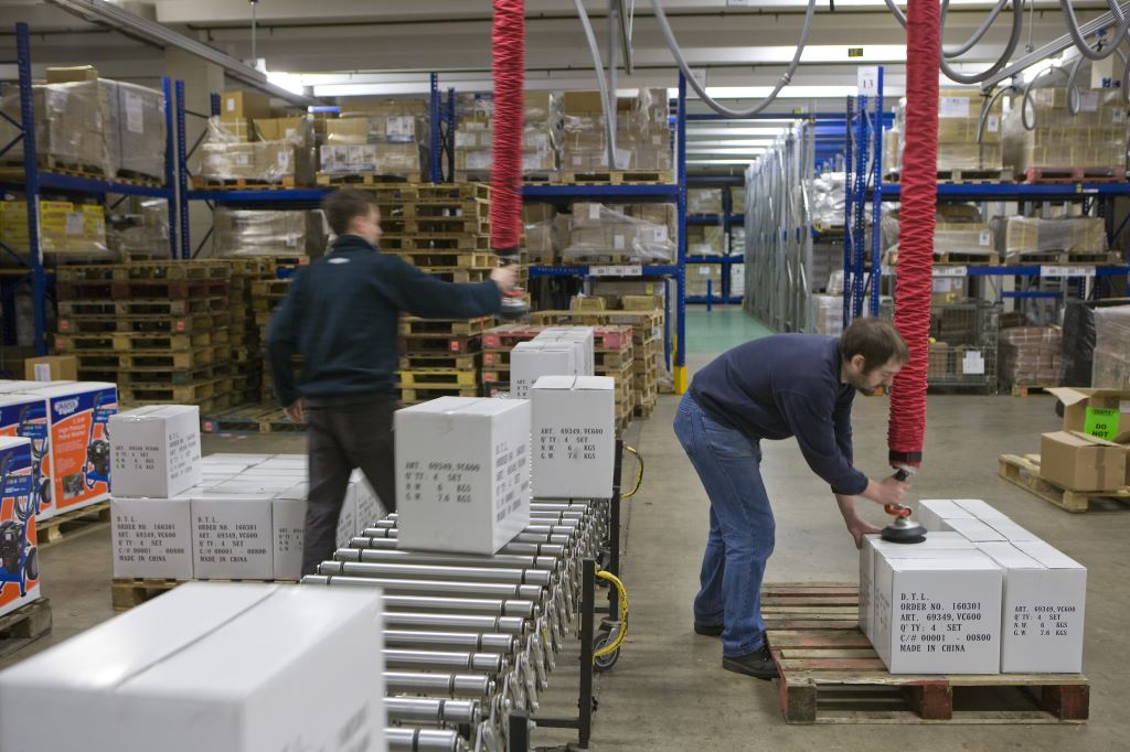 Palletizing boxes off a conveyor